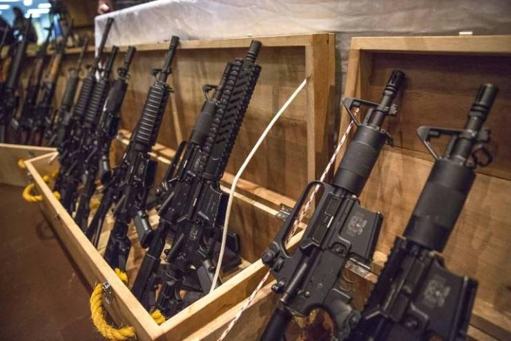 Armas expostas durante cerimônia de doação de 37 fuzis apreendidos às polícias, em maio