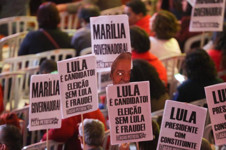 Militantes levantam cartazes em defesa de Lula e da candidatura de Marília Arraes em Pernambuco