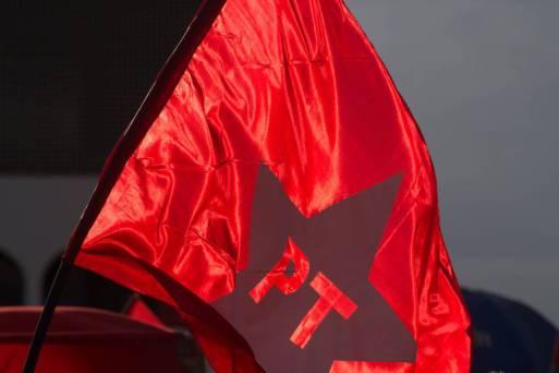 Bandeira do PT durante manifestação em apoio a  Dilma e Lula em frente a Biblioteca Nacional de Brasilia