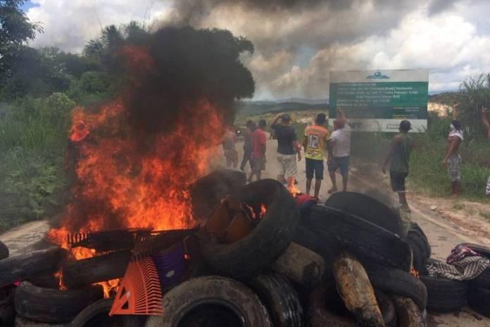 Brasileiros protestam queimando pneus em Paracaima, em Roraima, na fronteira com a Venezuela