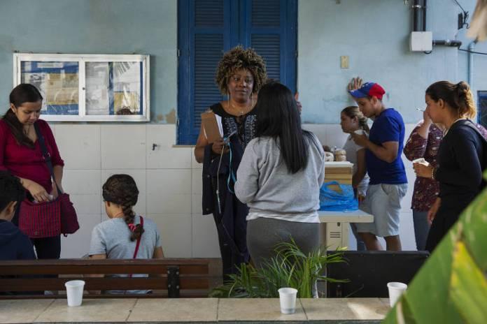 A congolesa Mireille Muluila, ajuda imigrantes na Cáritas no Rio de Janeiro. Ela chegou no Brasil em 2014 fugindo da guerra civil na Rep. do Congo, e tratou de um problema na rede pública de saúde