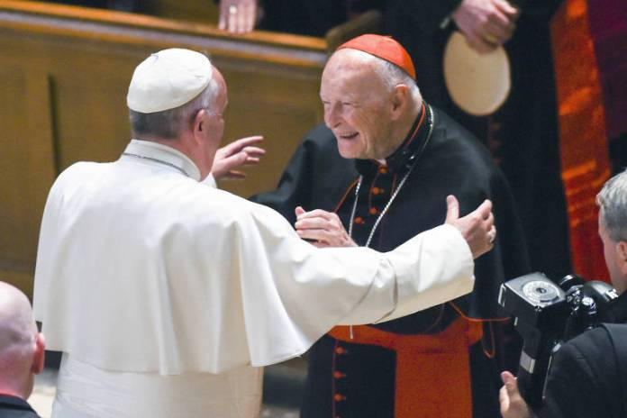 O papa Francisco abraça o cardeal Theodore McCarrick na Catedral de São Mateus Apóstolo, em Washington - Jonathan Newton - 23.set.2015/Associated Press