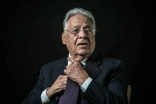 O ex-presidente Fernando Henrique Cardoso (PSDB), ajusta a gravata com um fundo preto, olhando para a câmera sem sorrir, na fundação que leva seu nome, no centro de São Paulo