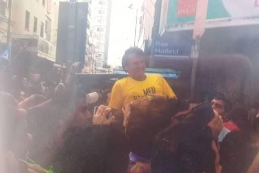Bolsonaro interrompe ato de campanha após ser esfaqueado, segundo PM. A imagem está circulando em um grupo de WhastApp pró-candidato do PSL