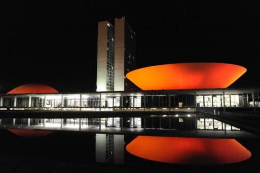 Cúpulas do Congresso Nacional recebem iluminação vermelho e branco para celebrar os 100 anos da imigração japonesa no Brasil.