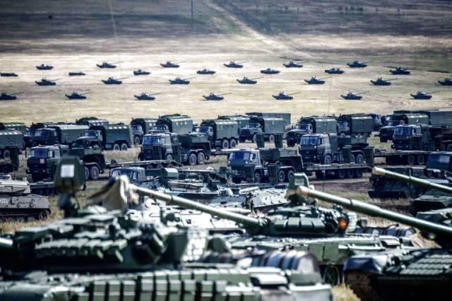 Tanques e blindados russos durante exercício militar  Vostok-2018 no campo de Tsugol, na Sibéria