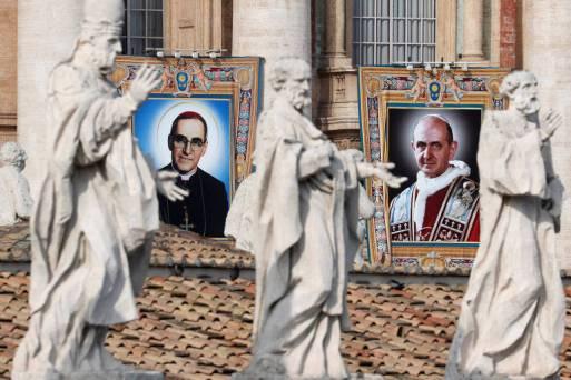 Retrato de Óscar Romero e Paulo VI que foram canonizados pelo papa Francisco neste domingo (14)