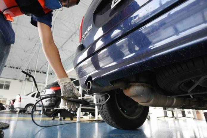 Técnico faz inspeção veicular no posto Barra Funda, da empresa Controlar