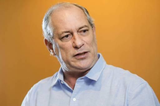 O candidato derrotado à Presidência da República pelo PDT, ex-Governador Ciro Gomes, durante entrevista em seu apartamento no Bairro Meireles, na Beira-Mar de Fortaleza