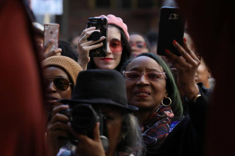 Mulheres usam celular nos EUA