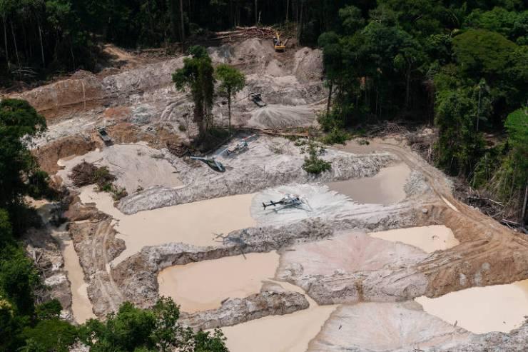 Ibama desmantelou nove garimpos ilegais de ouro e cassiterita dentro de dois parques nacionais no sudoeste do Pará. Com apoio de quatro helicópteros e da Força Nacional, os agentes destruíram oito PCs (escavadeiras hidráulicas), avaliadas em cerca de R$ 600 mil cada uma, além de outros equipamentos.