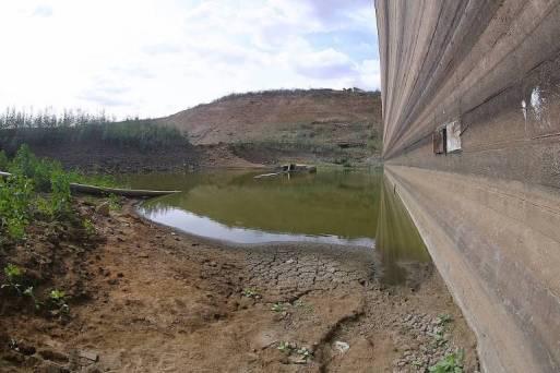A barragem de Jucazinho em Surubim, Pernambuco, com baixo nível de água