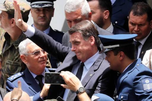 O presidente eleito Jair Bolsonaro acena durante evento na Escola de Especialistas de Aeronáutica de Guaratinguetá (SP)