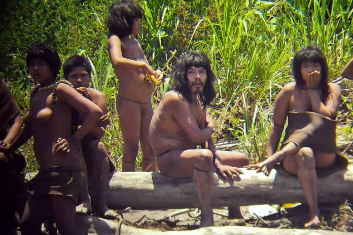 Indígenas isolados Mascho-Piro, no Peru, em foto de 2011