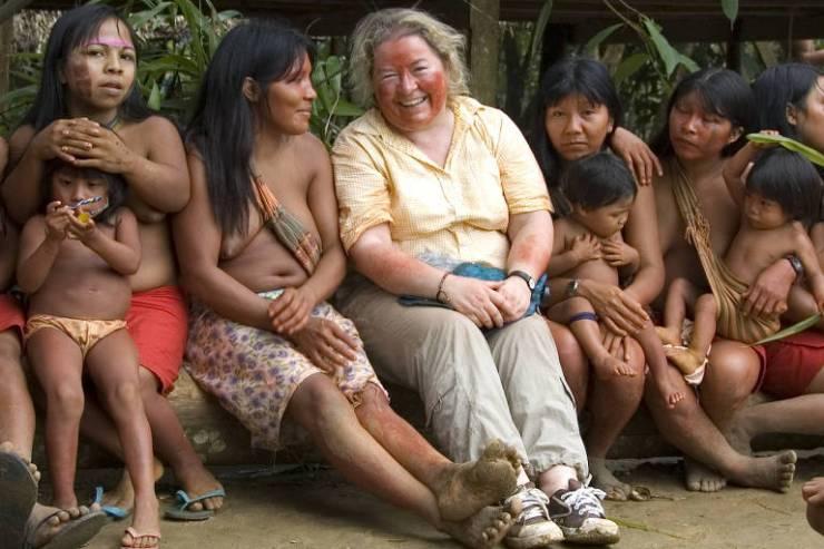 A diretora de pesquisas da Survival International, Fiona Watson, com mulheres Waiãpi no estado do Amapá