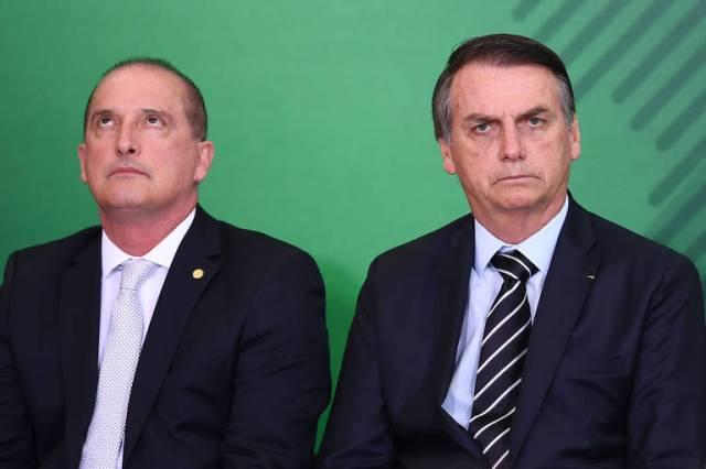 O presidente Jair Bolsonaro, ao lado do ministro-chefe da Casa Civil, Onyx Lorenzoni, durante cerimônia de transmissão de cargo de ministros