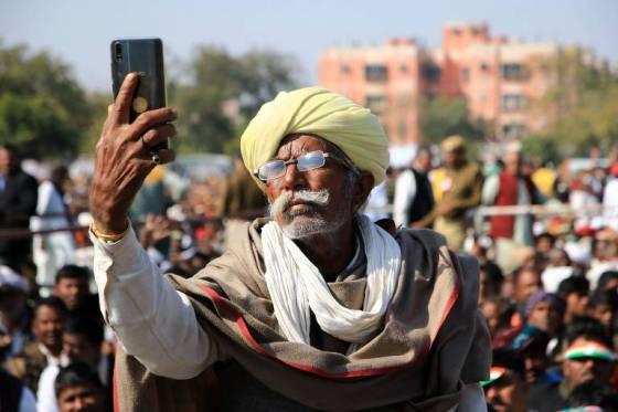 Indiano faz selfie em comício; vídeo está forçando investimento em servidores e torres para celulares, e lançando novos tipos de conteúdo