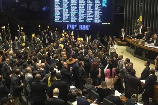 Oposição levanta cartazes com laranjas no plenário da Câmara. Revelação de esquema de candidaturas femininas de fachada por partidos trouxe de volta discussão sobre cota de vagas para mulheres