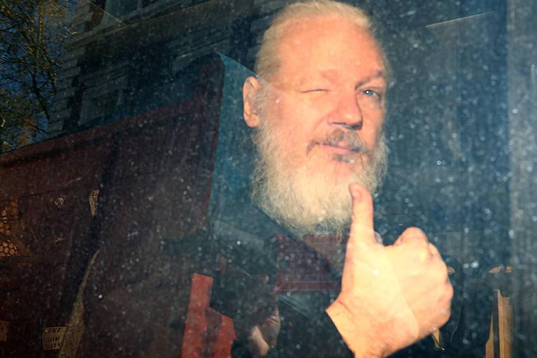 Assange foi levado pela polícia em uma van