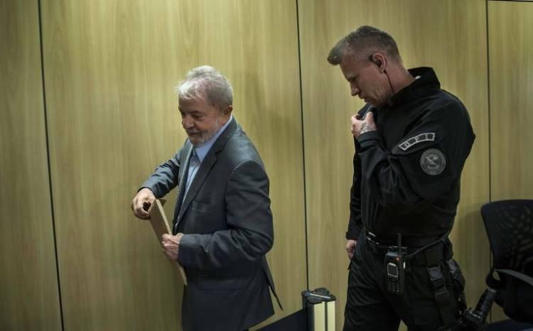 O ex-presidente Lula concede entrevista exclusiva à Folha e ao jornal El País, na sede da Polícia Federal, em Curitiba (PR)