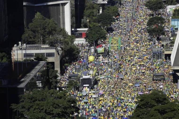 Manifestantes fazem ato em defesa da operação Lava Jato e do ministro na avenida Paulista, São Paulo