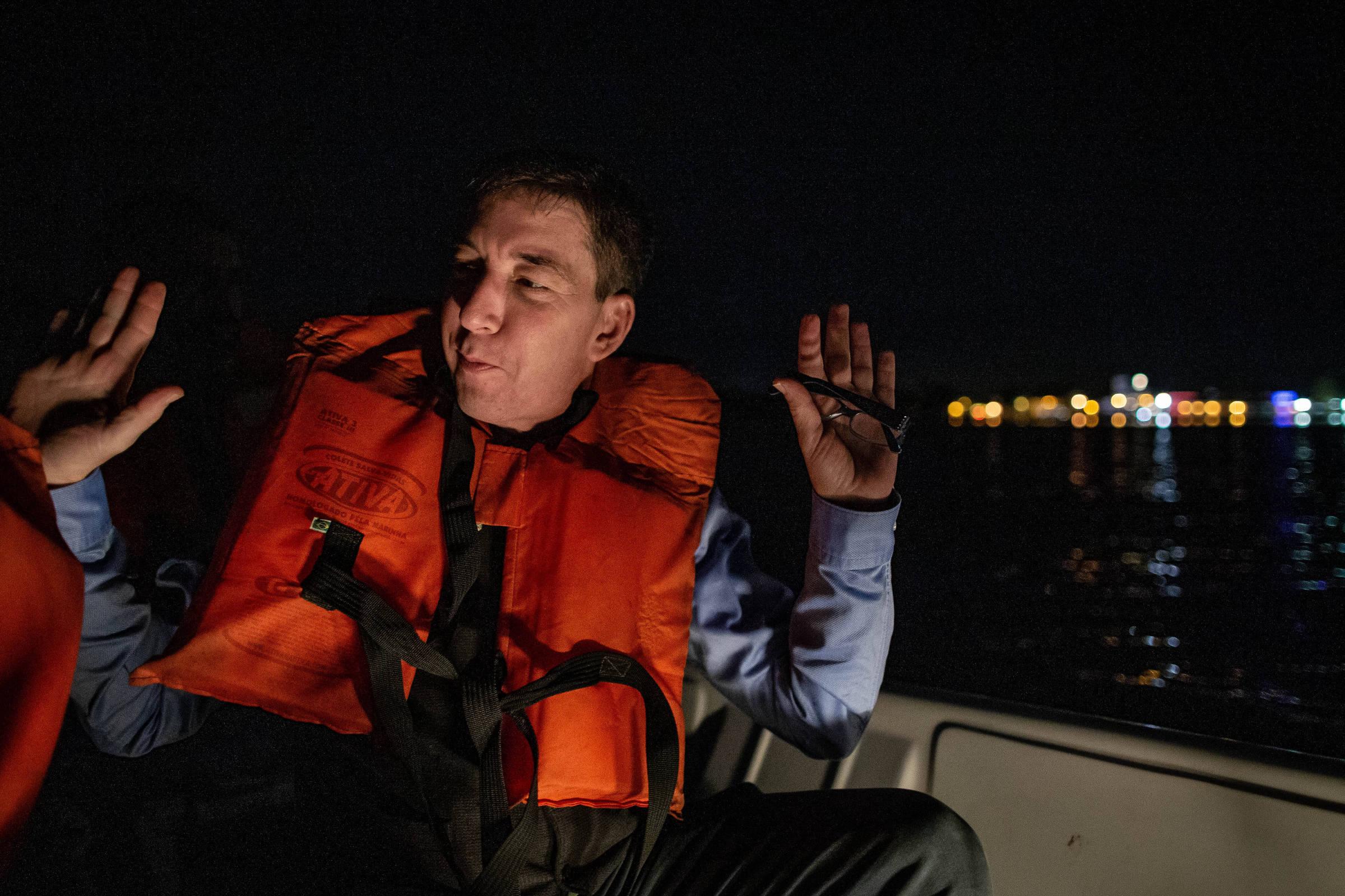 Operação com lancha e guarda-costas faz escolta de Glenn Greenwald na Flip