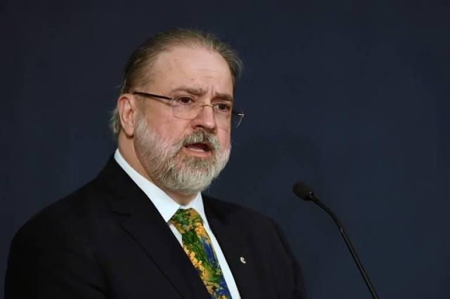 Augusto Aras foi escolhido por Jair Bolsonaro (PSL) como novo procurador-geral da República, sucedendo Raquel Dodge. Ele se diz disponível para o diálogo com os demais Poderes, em especial com o STF. Ao se lançar para o cargo, fez elogios públicos e mostrou alinhamento com o presidente