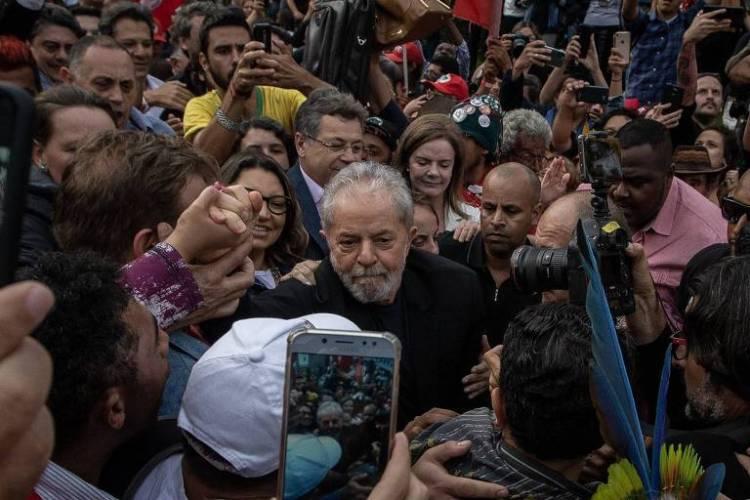 O ex-presidente Luiz Inácio Lula da Silva ao deixar a sede da Polícia Federal em Curitiba