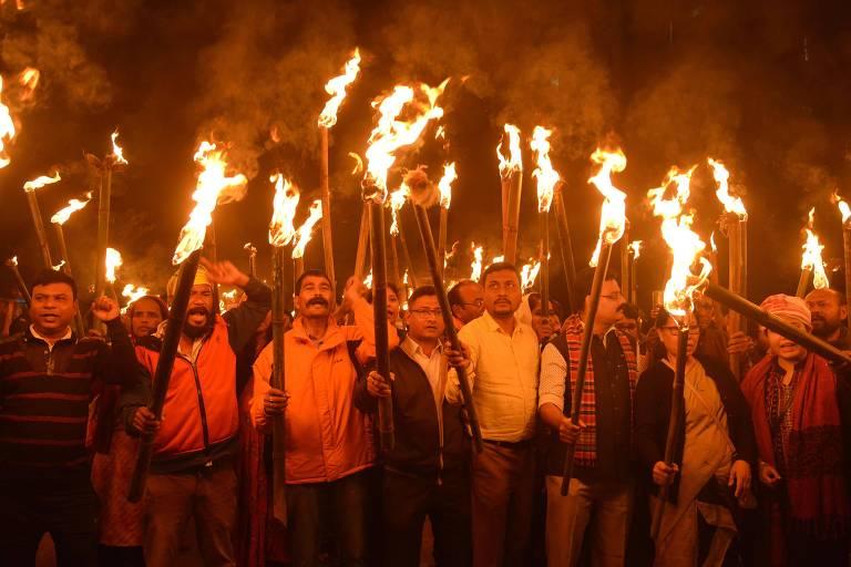 Ativistas fazem procissão em Guwahati contra lei de cidadania do governo indiano