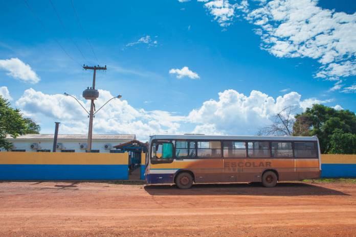 Enquanto muitos curtem o inicio das férias escolares, um grupo de cerca de 500 crianças em Rondônia não consegue ver aulas porque não têm como hcgear a escola; em alguns locais, como a escola Degmar Moraes Sousa, em  Cujubim Grande, a 35 km de Porto Velho, houve retorno parcial dos ônibus