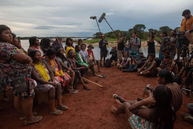 O cacique Raoni (de cocar amarelo), a líder indígena Sonia Guajajara (de cocar azul) e Ângela Mendes (de branco), filha de Chico Mendes, posam para foto durante encontro nas margens do rio Xingu, em Mato Grosso