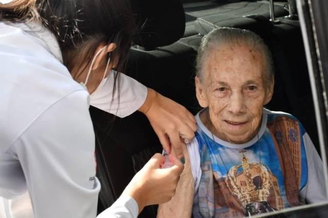 Idosa recebe vacina de gripe, distribuída à população de Presidente Prudente como parte do combate ao coronavírus