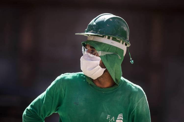 Obras continuam mesmo durante período de quarentena; usando  máscara, operário de construção civil trabalha na obra de fundação para erguer um prédio residencial na Freguesia do Ó, em São Paulo