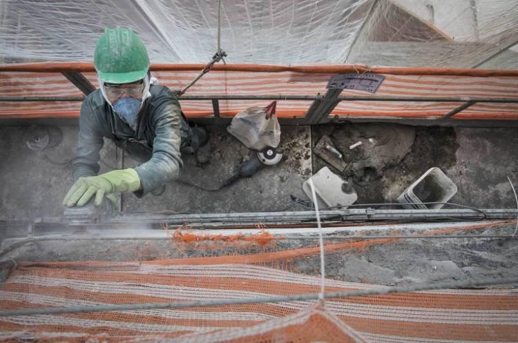 Obras continuam mesmo durante período de quarentena; usando  máscara, o operário Reginaldo Vasconcelos, 47, trabalha com uma lixadeira em uma obra no bairro Cidade Ademar, em São Paulo