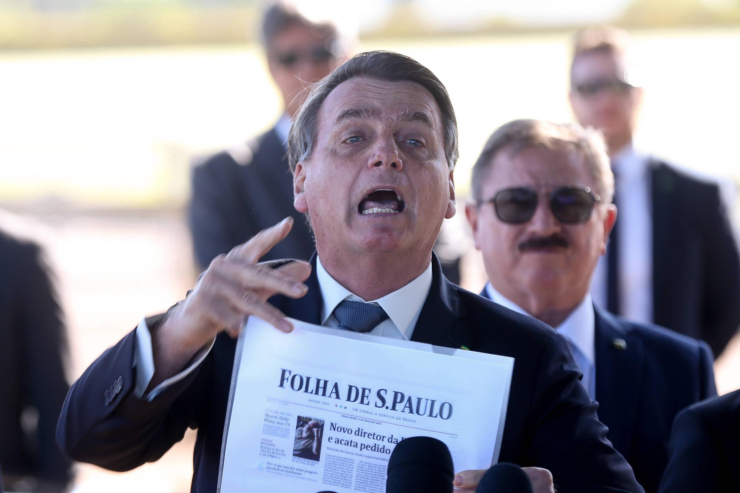 Bolsonaro manda repórteres calarem a boca, ataca a Folha e nega interferência na PF
