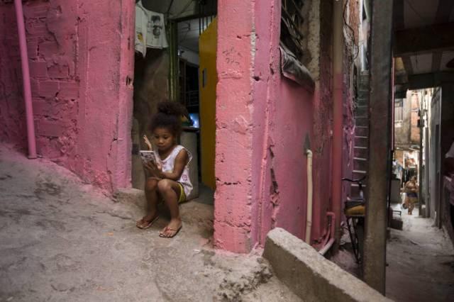 Sem lápis, canetas ou caderno para desenhar, Raphaela dos Santos, 4 anos, contou que a brincadeira de que mais gosta são os jogos no celular