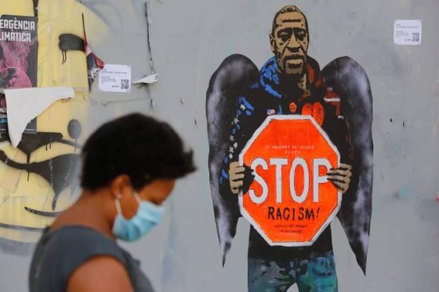 Grafite de George Floyd feito pelo artista italiano Salvatore Benintende, conhecido como TVBOY, em rua de Barcelona, na Espanha