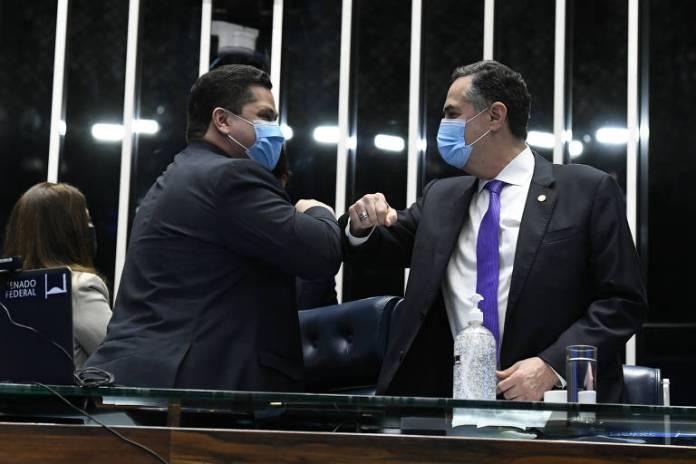 Presidente do Senado Federal, senador Davi Alcolumbre (DEM-AP), cumprimenta o presidente do Tribunal Superior Eleitoral (TSE), ministro Luís Roberto Barroso