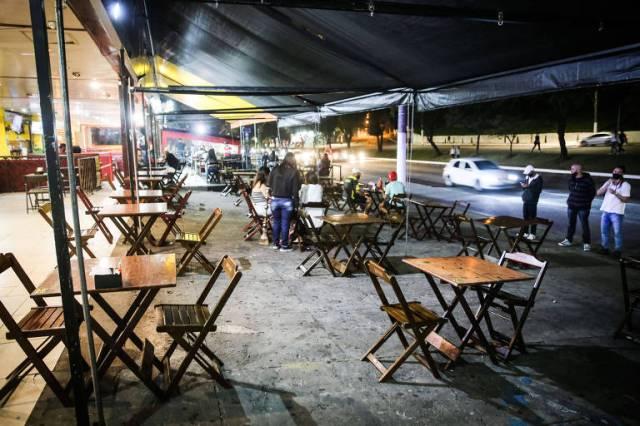 Bar com movimento fraco na noite de quinta-feira (6), na avenida Luís Dumont Villares, na Vila Guilherme (zona norte da capital), quando foi liberada a reabertura até as 22h na cidade; meses estavam com distanciamento