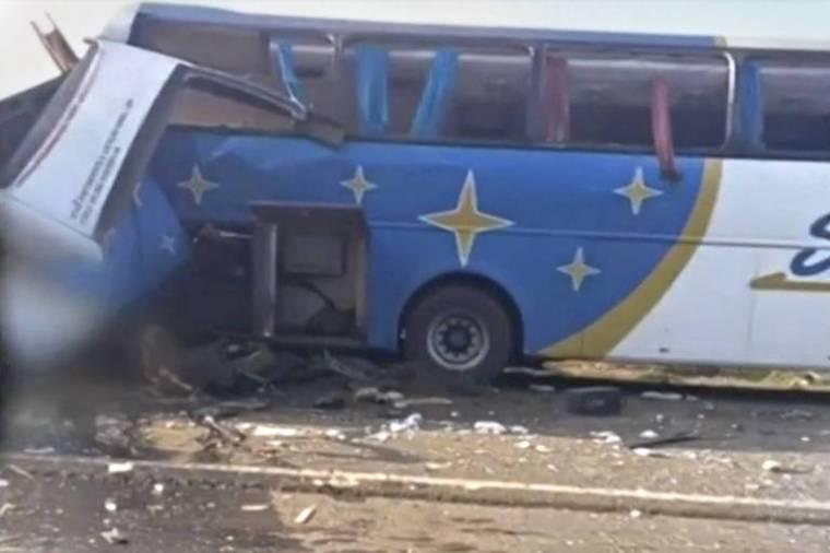 Ônibus parcialmente destruído após colisão com caminhão em rodovia paulista na manhã desta quarta-feira (25); ao menos 20 pessoas morreram no acidente