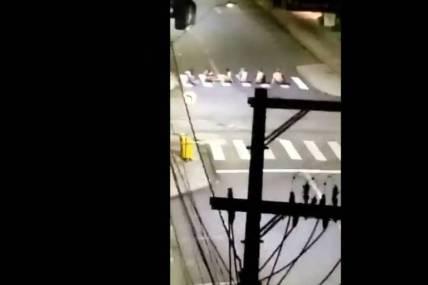 Reféns sentados no meio da rua durante assalto em Criciúma