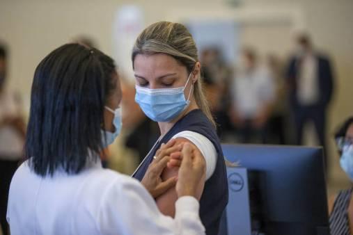A primeira a receber a vacina foi a enfermeira Juliana Regina Campana, de 35 anos, 13 deles trabalhando no HC. Em férias, ela se voluntariou à força-tarefa de imunização dos demais funcionários do complexo hospitalar.