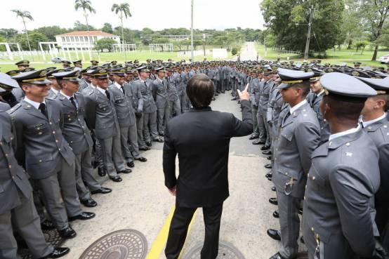 (Resende - RJ, 05/12/2020) Presidente da República Jair Bolsonaro, conversa com os aspirantes antes da cerimônia.Foto: Marcos Corrêa/PR