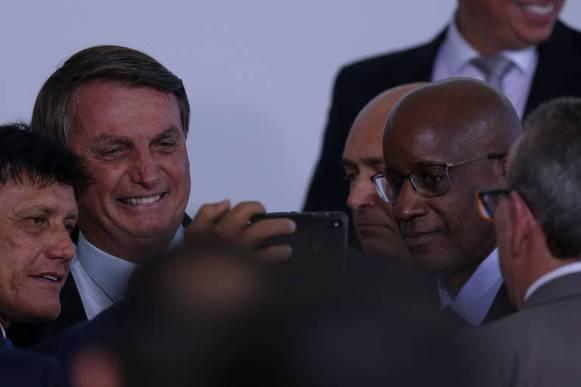 O presidente Jair Bolsonaro, ao lado do presidente da Fundação Palmares Sérgio Camargo (à direita, de óculos), durante evento sobre a retomada do Turismo, no Palácio do Planalto, em novevmbro de 2020