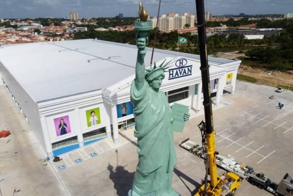 """Colocação de """"Estátua da Liberdade"""" em unidade de loja da Havan, que está sendo construída no bairro Cohajap, em São Luís"""