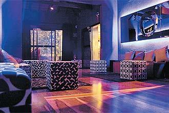 """Decoração do Laje Club, na zona oeste de SP, tem painel com """"op art"""", pinturas, esculturas e um belo desenho de luz"""