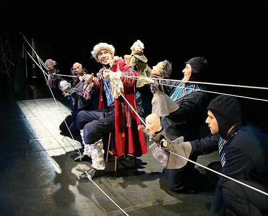 """""""As Aventuras de Gulliver"""" (foto) leva 21 bonecos e cinco atores-manipuladores ao palco do Sesc Pompeia"""