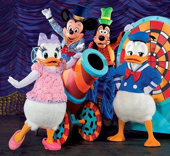"""Personagens se unem a ilusionistas para apresentar o espetáculo """"Disney Live! As Mágicas do Mickey"""""""