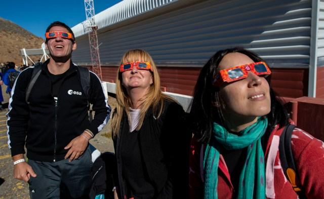 En el observatorio profesional de La Silla, en medio de la llamada 'Zona Cero' de observación, un millar de personas entre científicos, invitados especiales y amantes de la astronomía se congregaron para presenciar una breve noche de 2,36 minutos