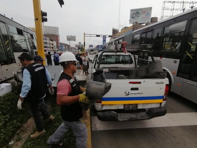 Como consecuencia del choque se generó gran congestión en la zona, pues el carril exclusivo del sistema rápido quedó obstruido.